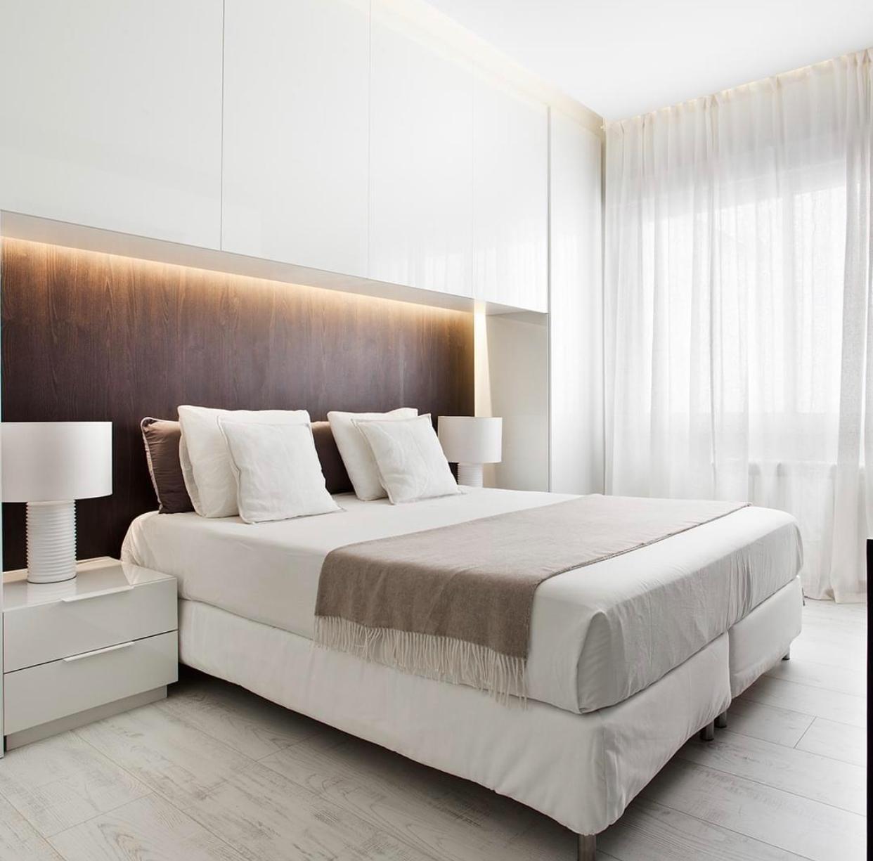 cabecero dormitorio+muebles altos y luces leds indirectas